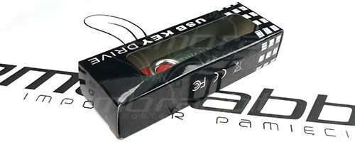 czarne opakowanie papierowe z okienkiem pendrive usb